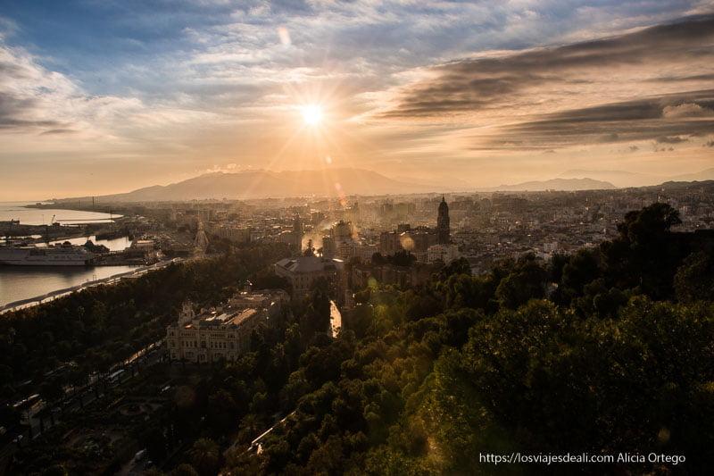 atardecer desde el castillo visitas imprescindibles en Málaga