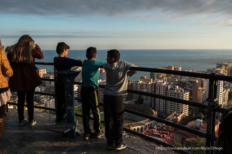 niños en el mirador junto al castillo visitas imprescindibles en Málaga