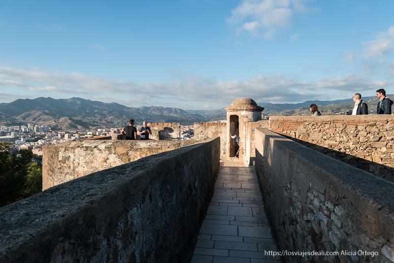 murallas y visitantes en el castillo visitas imprescindibles en Málaga