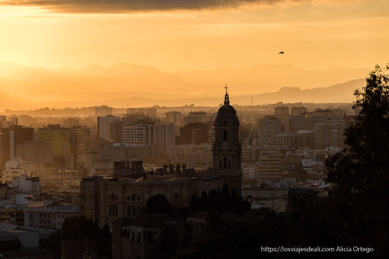 atardecer con la catedral visitas imprescindibles en Málaga