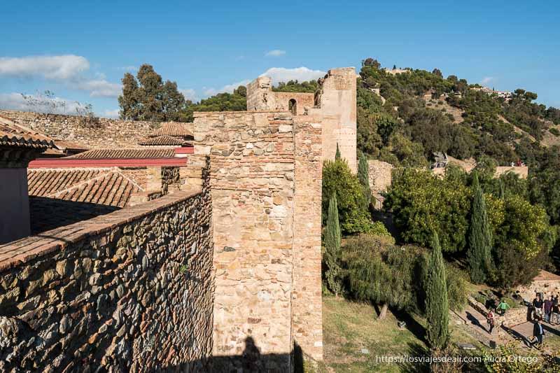 murallas de la alcazaba con castillo al fondo visitas imprescindibles en Málaga