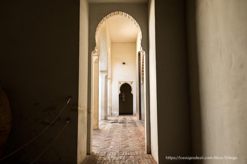 pasillo con arcos en la alcazaba de Málaga