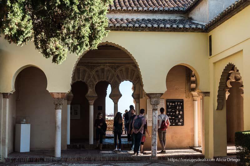 patio de la alcazaba en visitas imprescindibles en Málaga