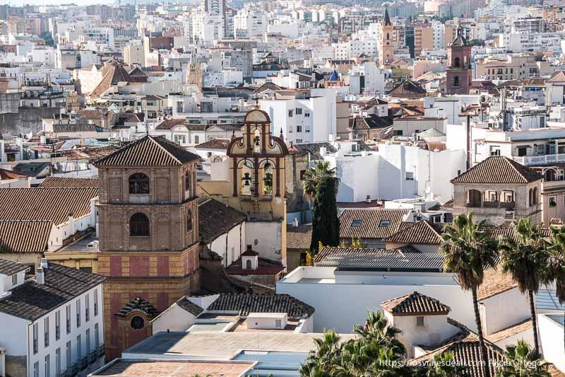 Málaga desde la alcazaba con campanario y casas blancas