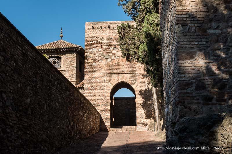 visitas imprescindibles en Málaga entrada a la alcazaba