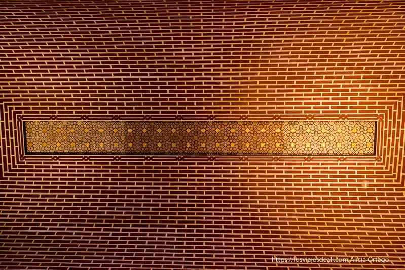 techo de ladrillo y motivos arabescos en la alcazaba de Málaga