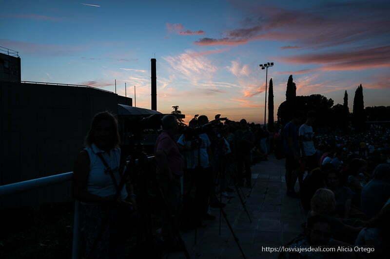 planetario de Madrid al atardecer con gente con trípodes y cámaras esperando a la luna