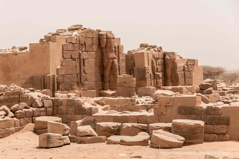 estatuas enormes de faraón adosadas a entrada de Es Suffra en Sudán
