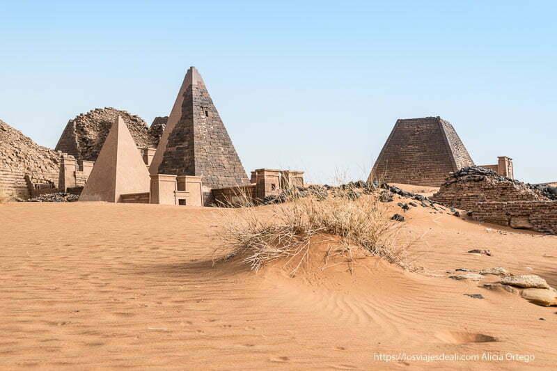 grupo de pirámides de Meroe con sus capillas