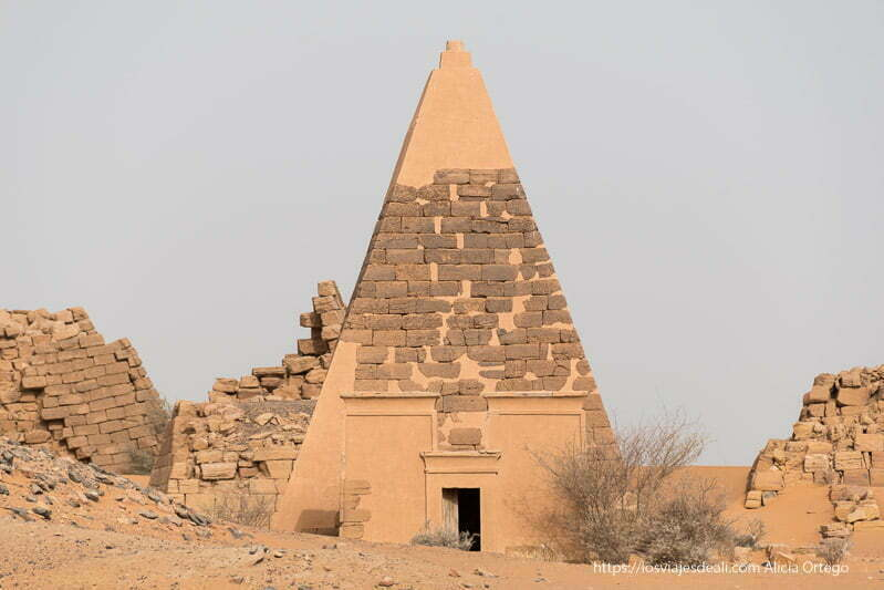 una de las pirámides de Meroe reconstruida