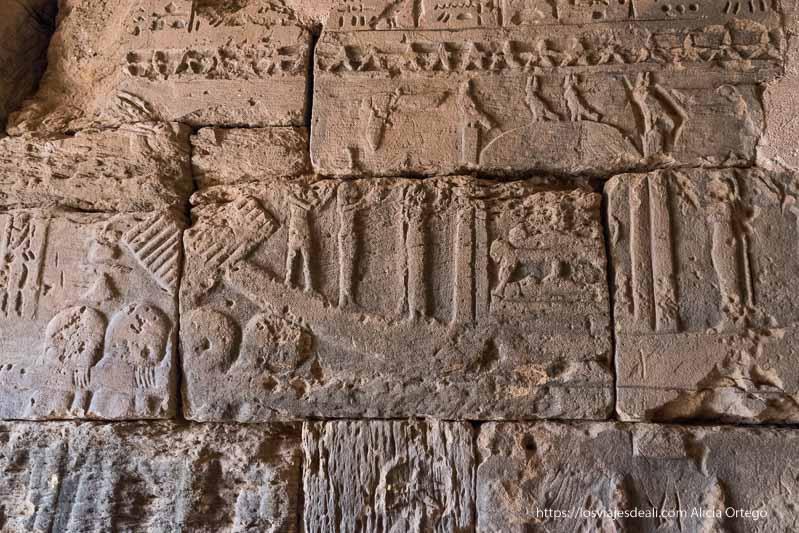 relieve de barca ritual que lleva al difunto a la otra vida en las pirámides de Meroe