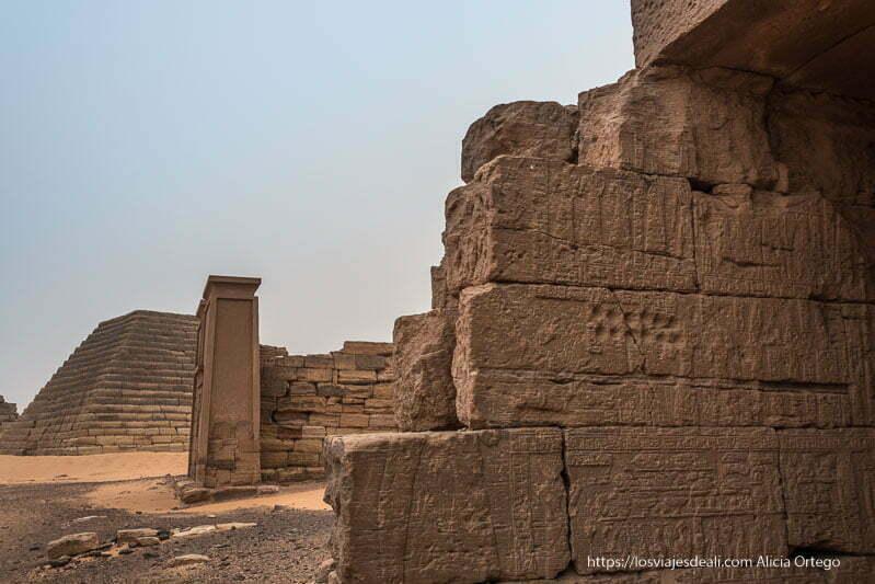 relieves en el interior de la capilla de una de las pirámides de meroe