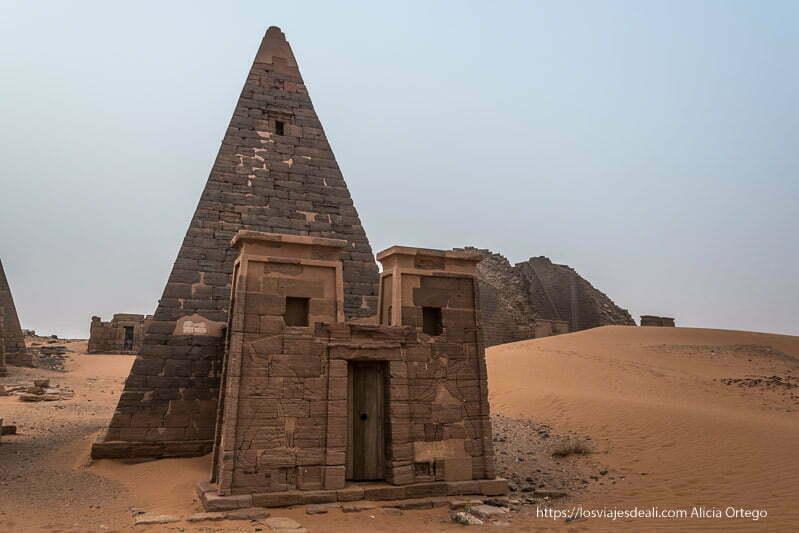 una de las pirámides de meroe con su capilla delante