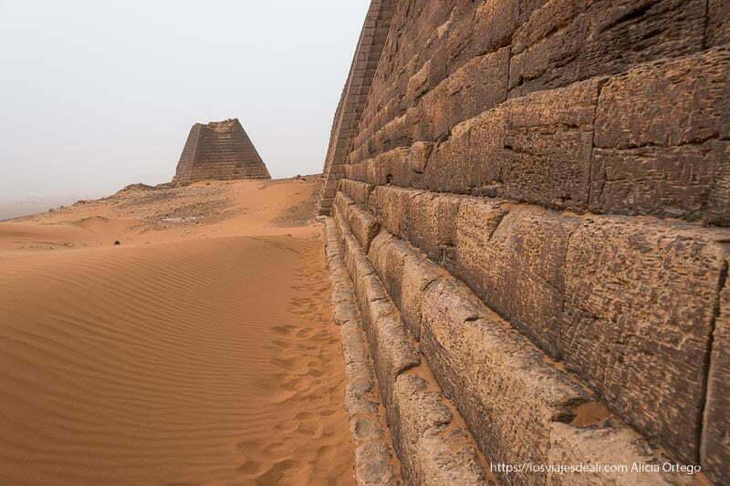 pirámides de Meroe de Sudán en el desierto