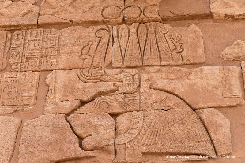 relieve del dios apedemak con cabeza de felino en el templo de Naqa Sudán