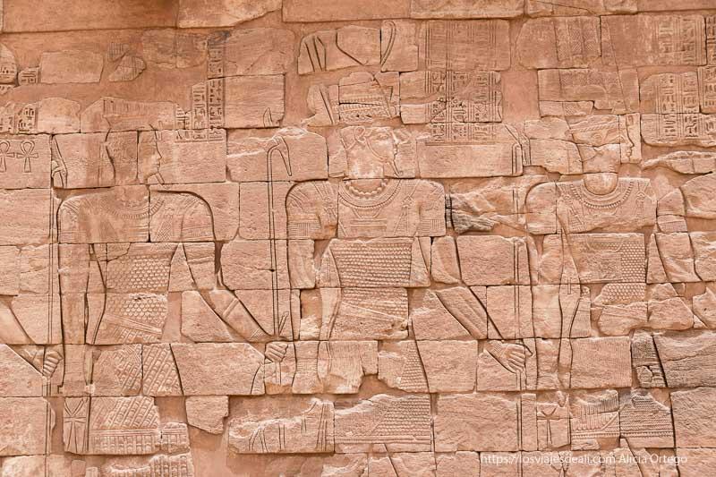 faraón y reina conducidos por dios en el templo de Naqa Sudán