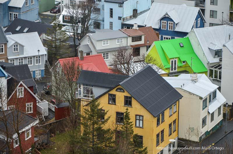 casas de fachadas y tejados de colores verde, amarillo, rojo en Reykjavik