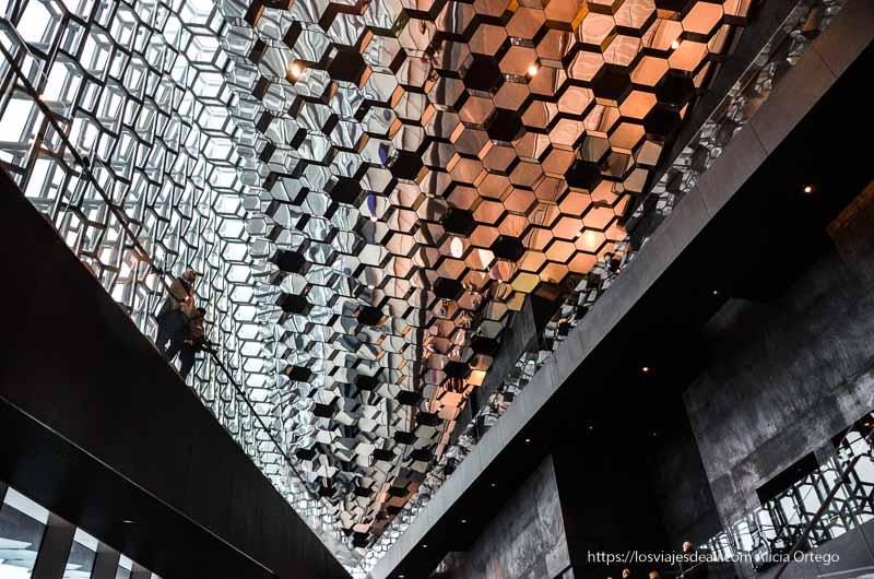 interior del edificio harpa de Reykjavik con techo de cristales octogonales