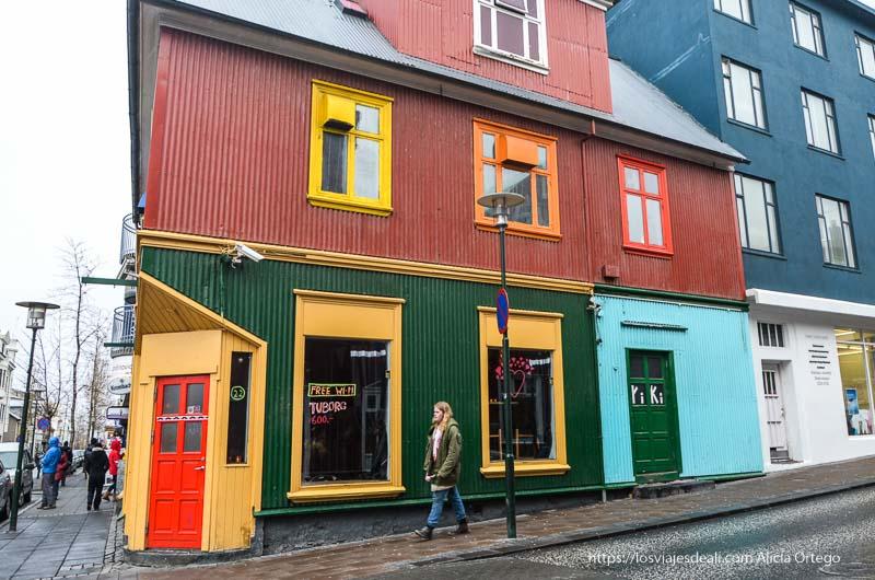 casa con hasta cinco colores en su fachada y ventanas en Reykjavik
