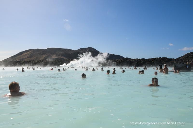 gente bañándose en blue lagoon