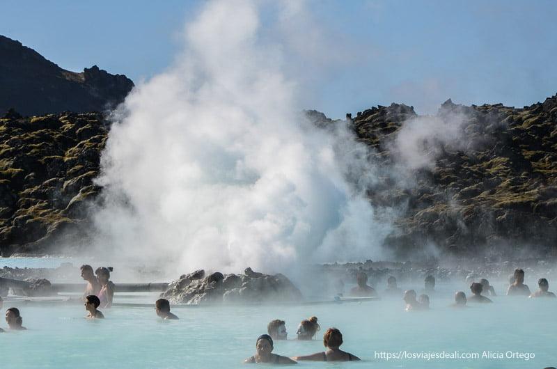 blue lagoon con columna de vapor