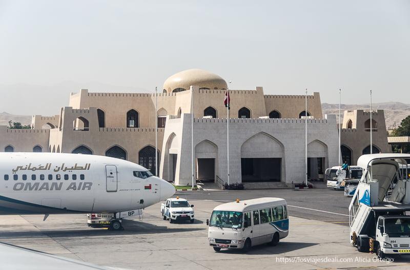 terminal del aeropuerto de muscat con forma de castillo