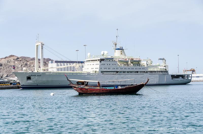 yate del sultán qaboos y dhow en el puerto de muscat