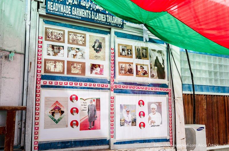 carteles con fotos del sultán en Muscat