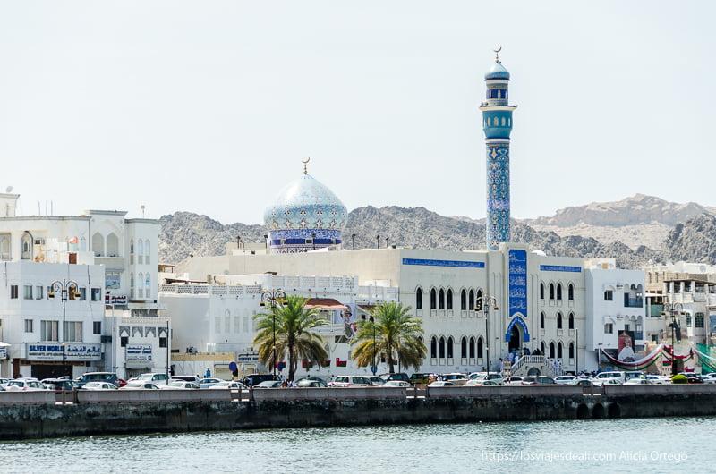 corniche de muscat con mezquita de azulejos azules