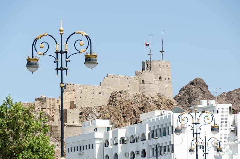 fortaleza sobre las casas blancas de Muscat