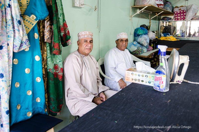 hombres en taller de sastre en Muscat