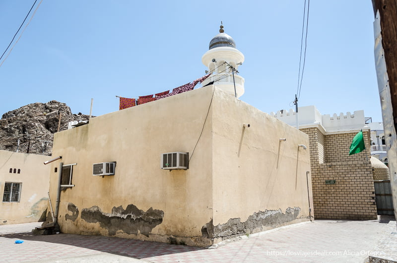 mezquita modesta de un barrio de Muscat