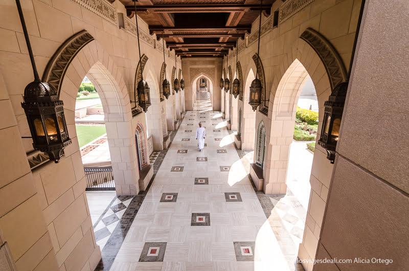 galería con arcos en la mezquita de Muscat