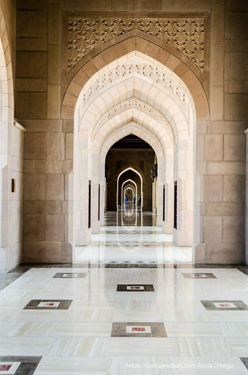 pasillo de la mezquita del sultán en Muscat