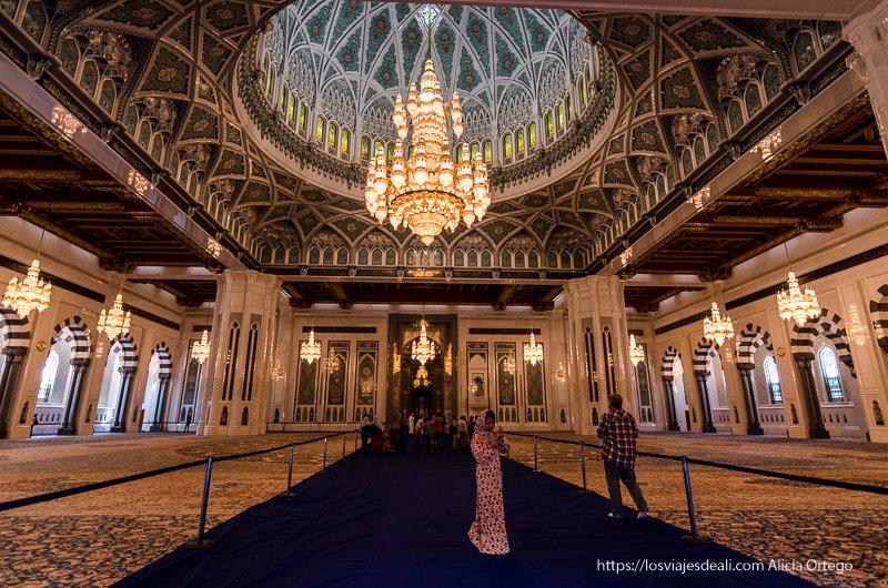 sala principal con enorme lámpara en la mezquita del sultán qaboos Muscat