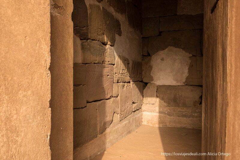 interior de capilla de pirámides de meroe