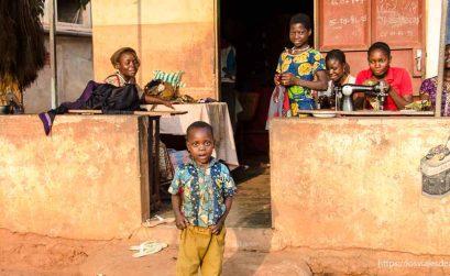 grupo de mujeres trabajando con máquinas de coser en Benin posan con mirada divertida
