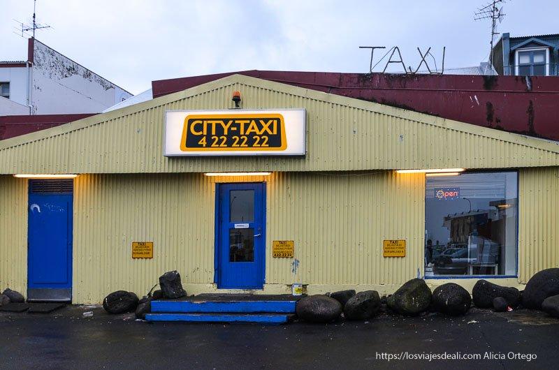 caseta de taxis pintada de amarillo y azul en reykjavik