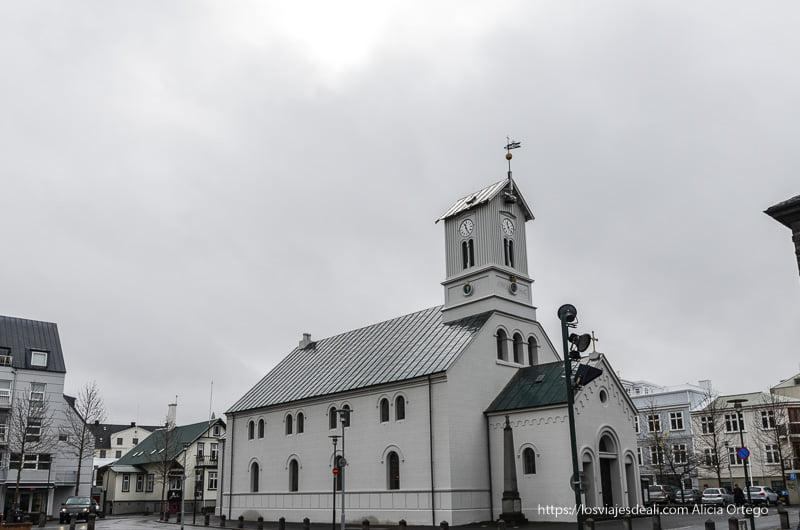 iglesia de color blanco en el centro de reykjavik