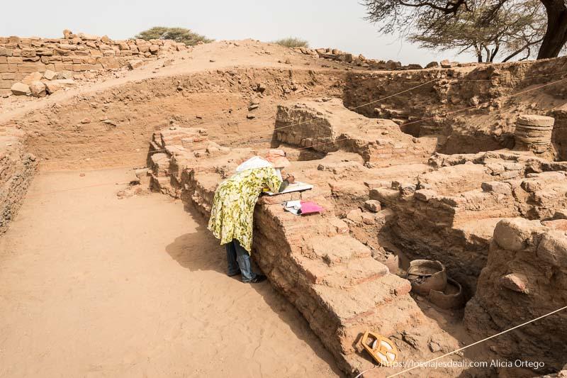 arqueóloga trabajando en la roya city de Meroe