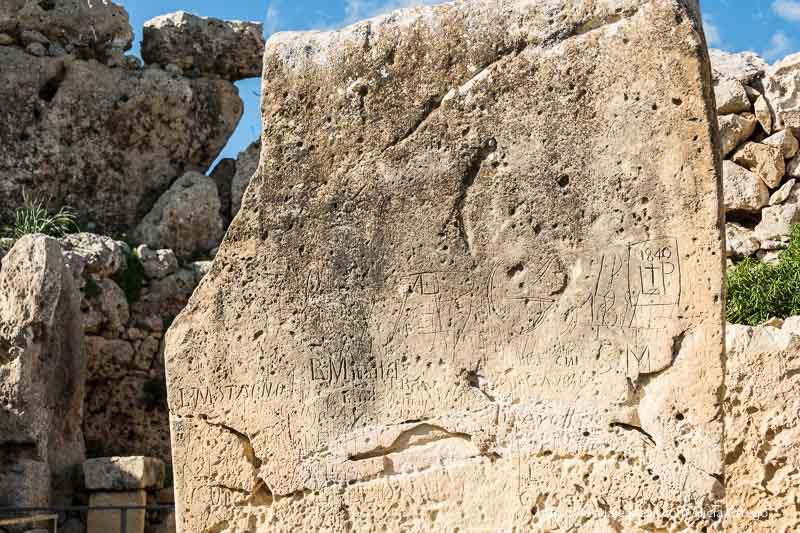 muro de templos de ggantija con grafiti de 1840 que ver en Gozo