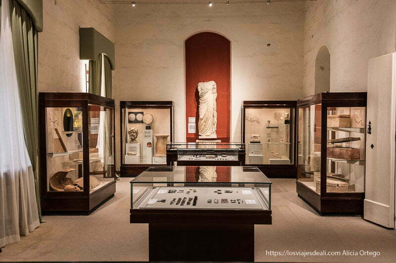 sala del museo arqueológico de Gozo con estatua romana al fondo