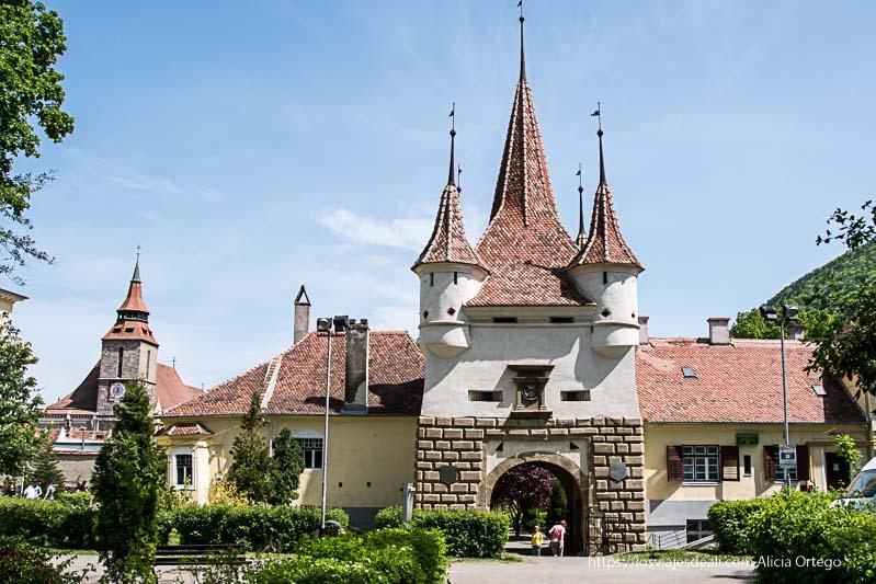 puerta antigua de brasov con cuatro torres terminadas en punta