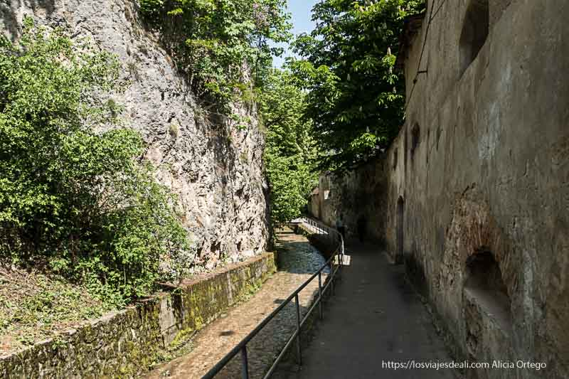 paseo junto a la muralla con riachuelo al lado dos días en brasov