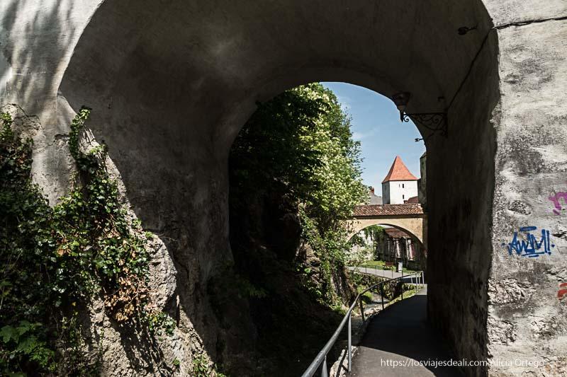 paso bajo puentes en brasov