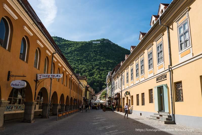 calle de brasov con el monte tampa al fondo y las letras de Brasov tipo hollywood