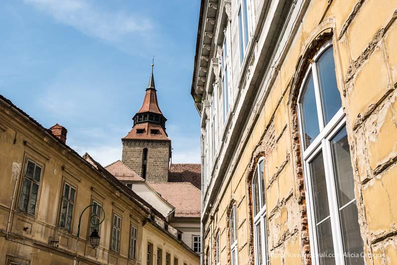 edificios barrocos y torre al fondo dos días en brasov