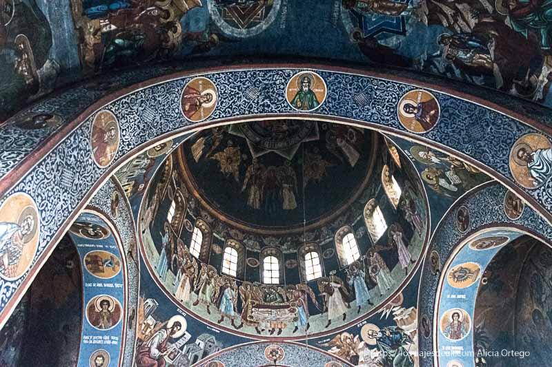 cúpula de iglesia ortodoxa llena de pinturas y colores en brasov