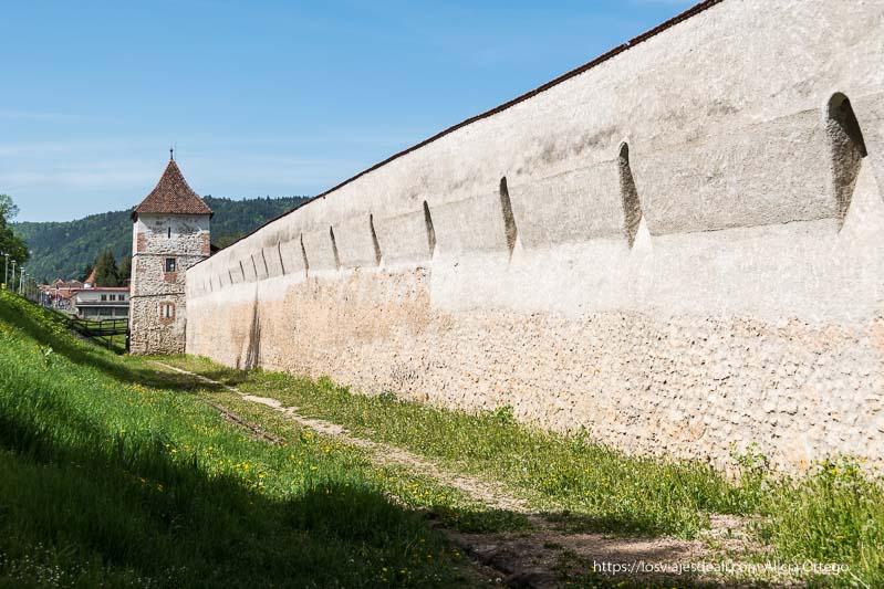 muralla con bastión al fondo dos días en brasov