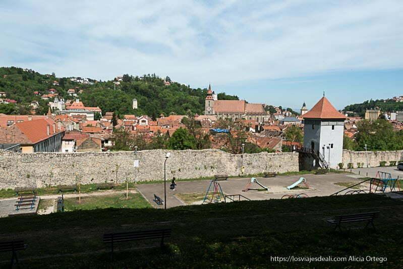 murallas y bastiones de brasov con la ciudad detrás dos días en brasov